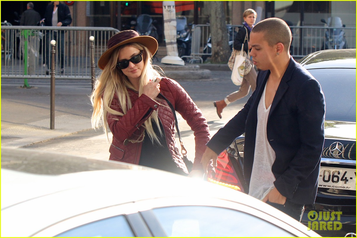 ashlee simpson joins fiance evan ross in paris for mockingjay 07