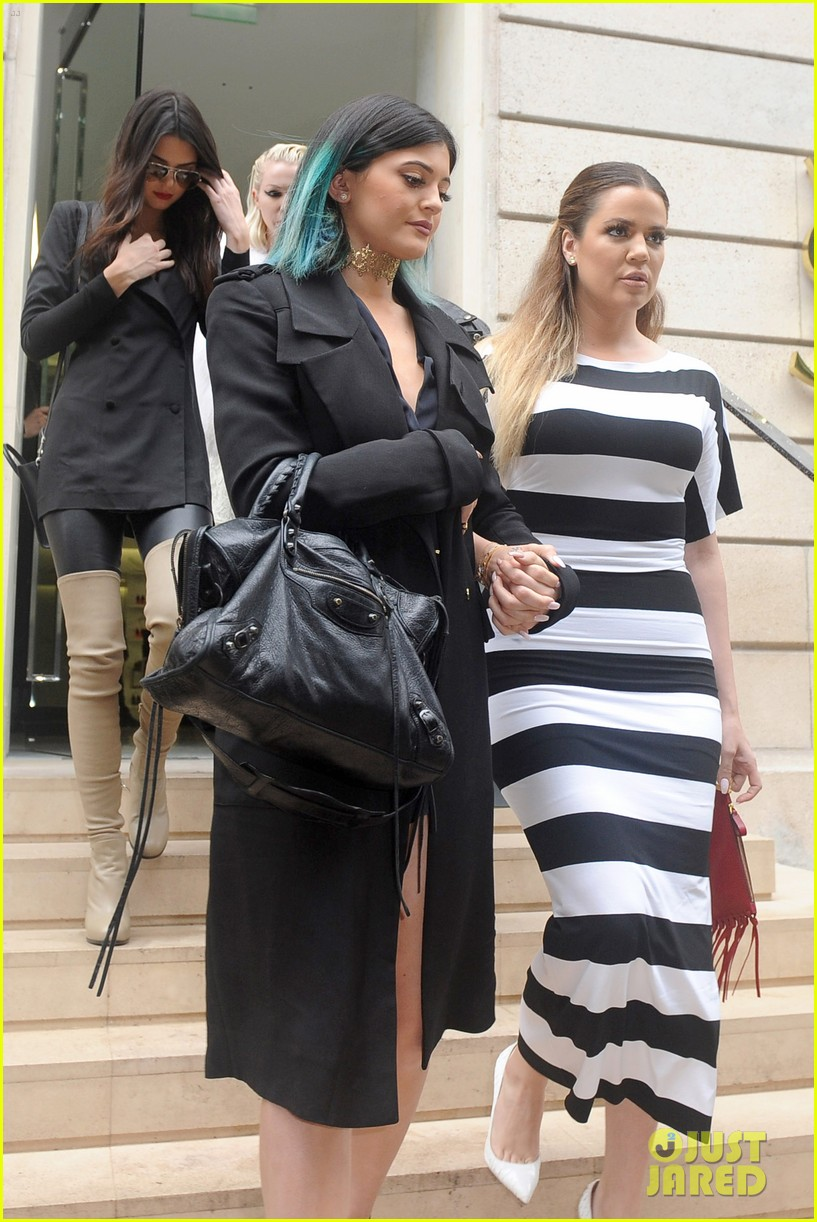 kardashian ladies snap selfies on glamorous shopping trip 033118975