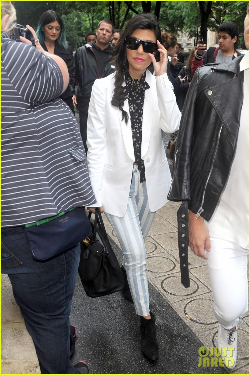 kardashian ladies snap selfies on glamorous shopping trip 05