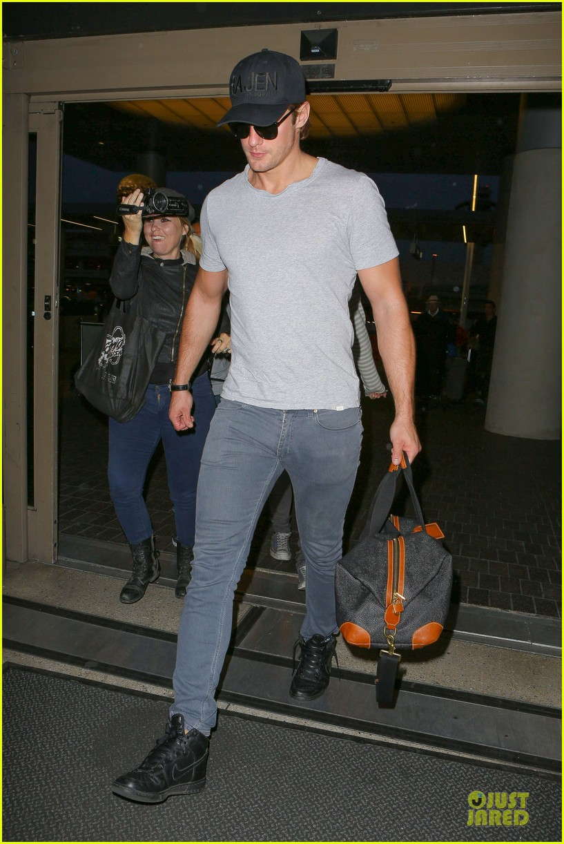 alexander skarsgard packs light lax departure 02