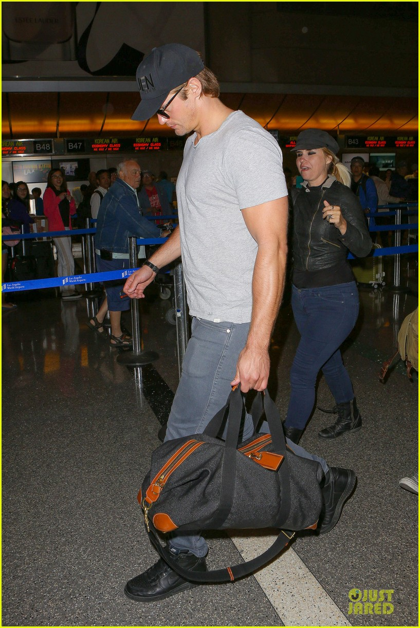 alexander skarsgard packs light lax departure 05