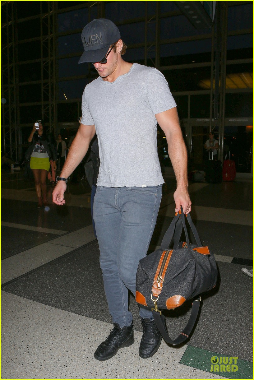 alexander skarsgard packs light lax departure 243120331