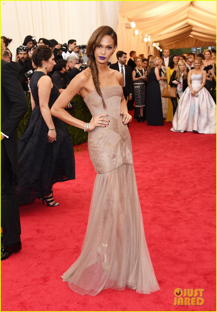 joan smalls met ball 2014 red carpet 033106377