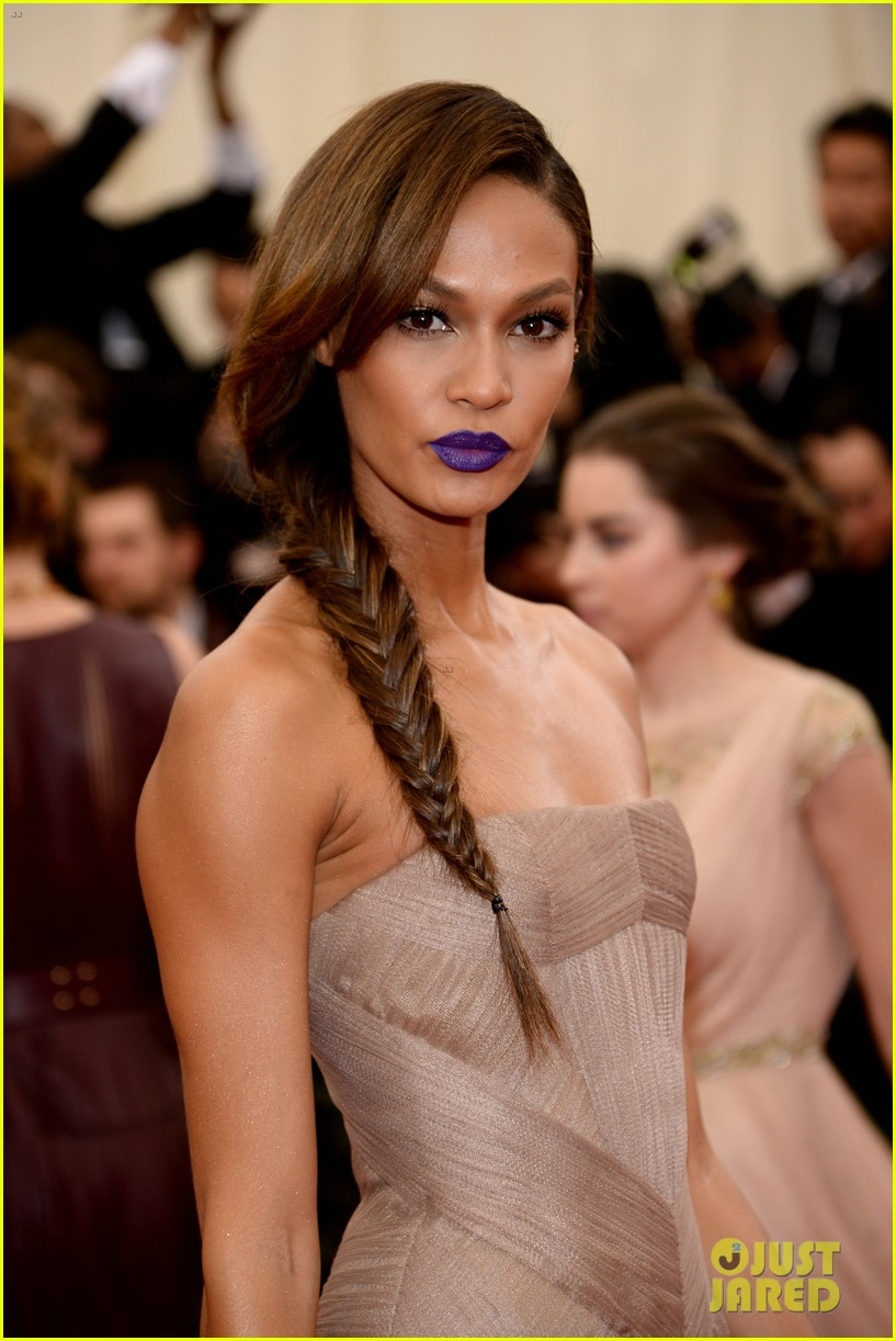 joan smalls met ball 2014 red carpet 043106378
