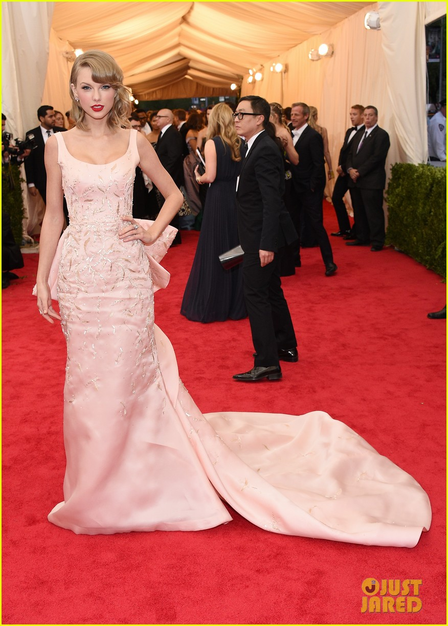 taylor swift makes grand entrance met ball 2014 10