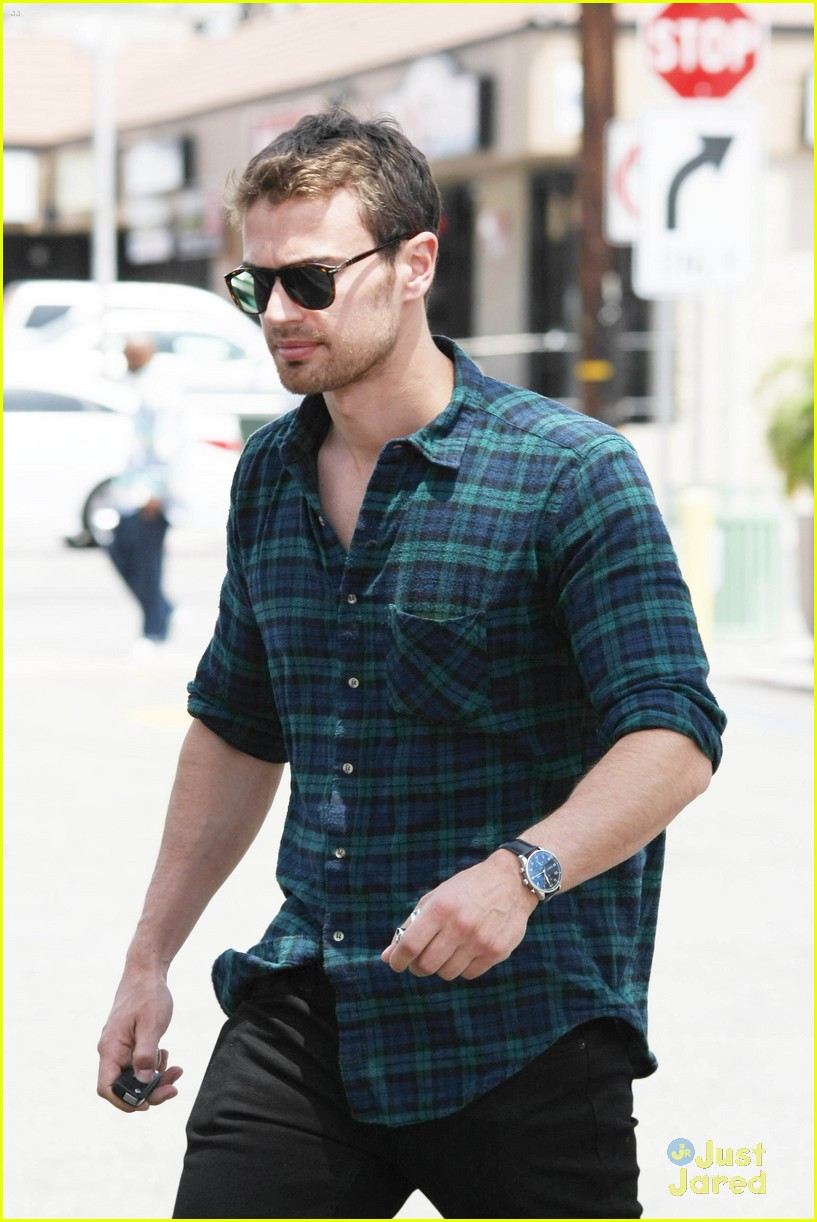 theo james runs errands los angeles 093109696