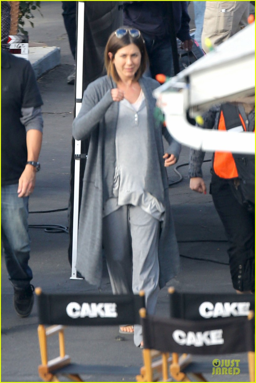 jennifer aniston cake justin theroux right shirt for muscles 153107139