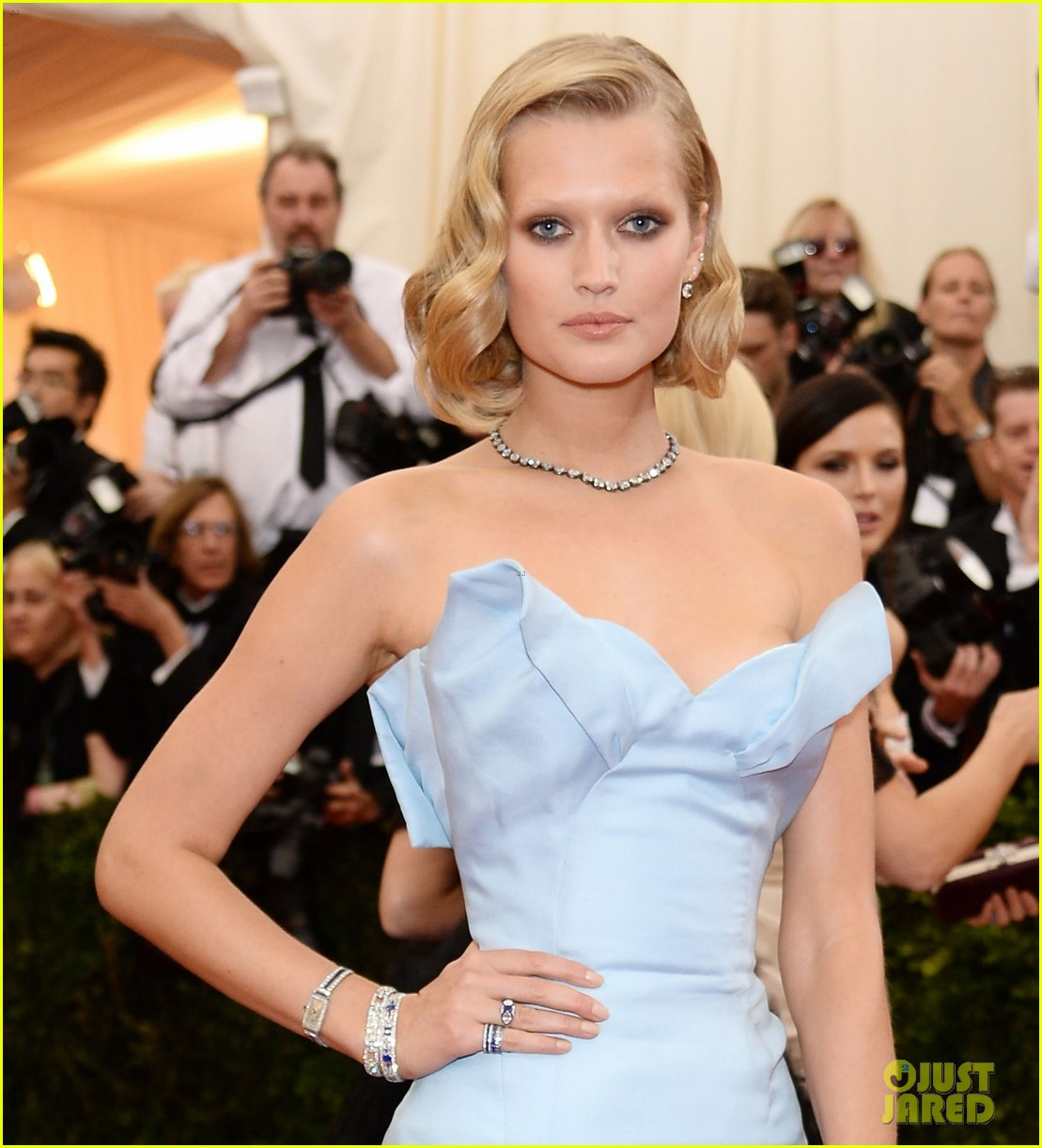 toni garrn met ball 2014 red carpet 053106309