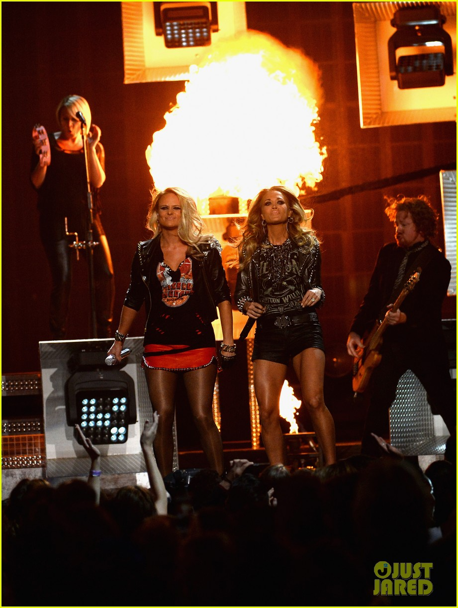 carrie underwood miranda lambert perform billboard music awards 2014 09