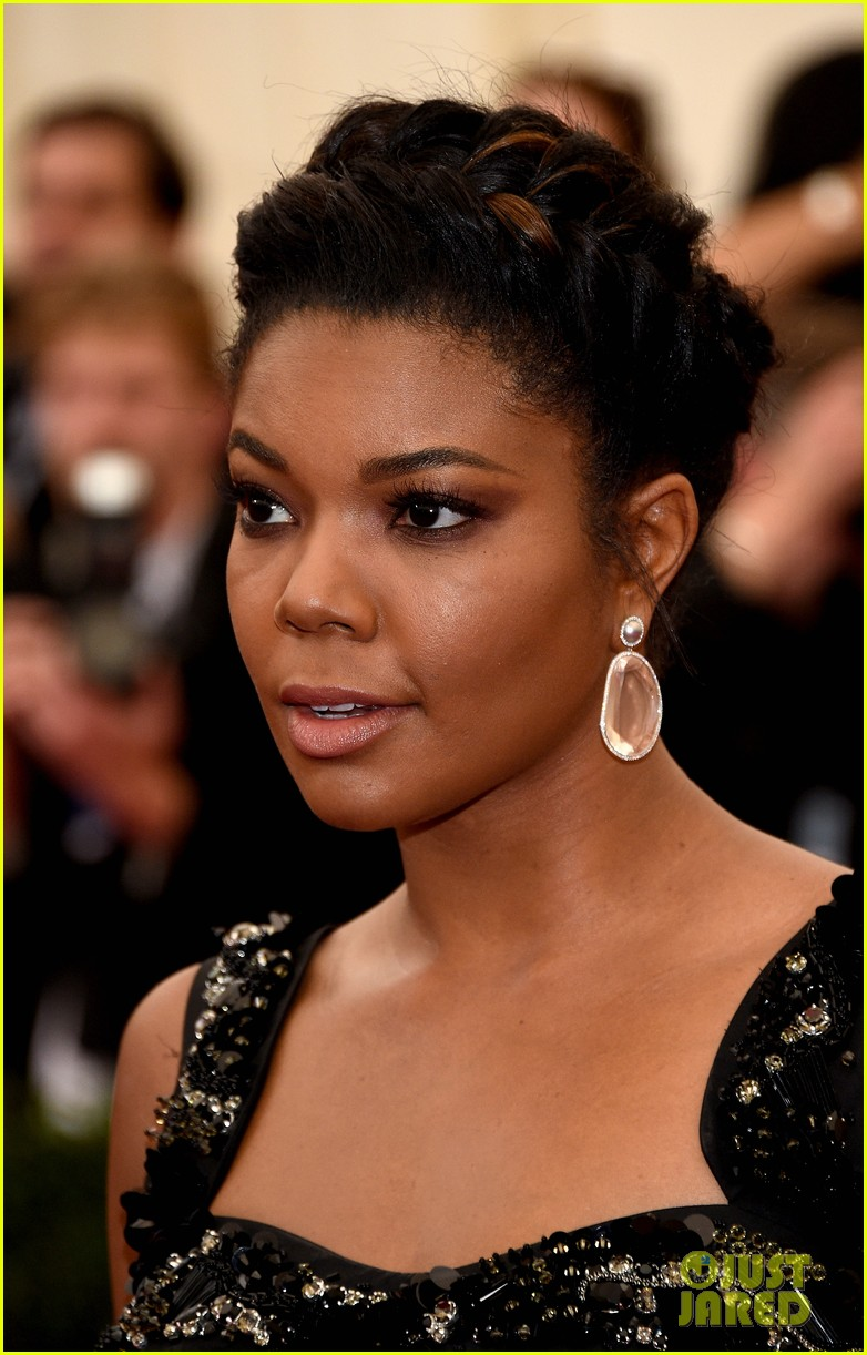 gabrielle union bares her toned stomach at met ball 2014 02