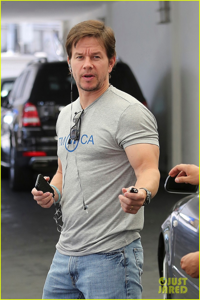 mark wahlbergs muscles are unbelievably huge 023124651