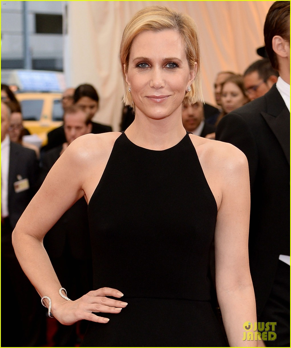 kristen wiig met ball 2014 red carpet 03