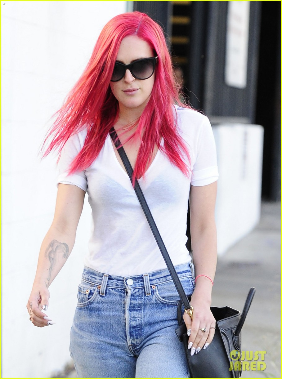 rumer willis dyes her hair bright pink 04