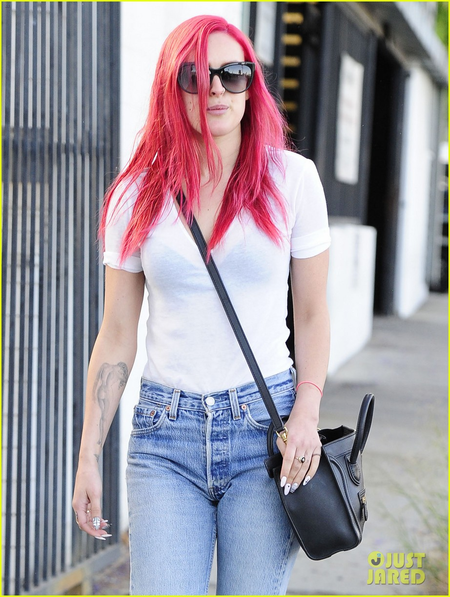 rumer willis dyes her hair bright pink 21