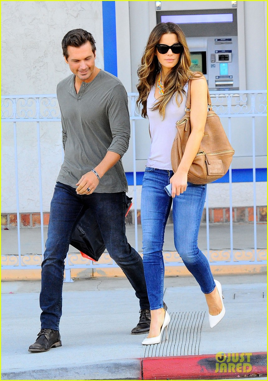 kate beckinsale len wiseman make a cute couple in santa monica 01
