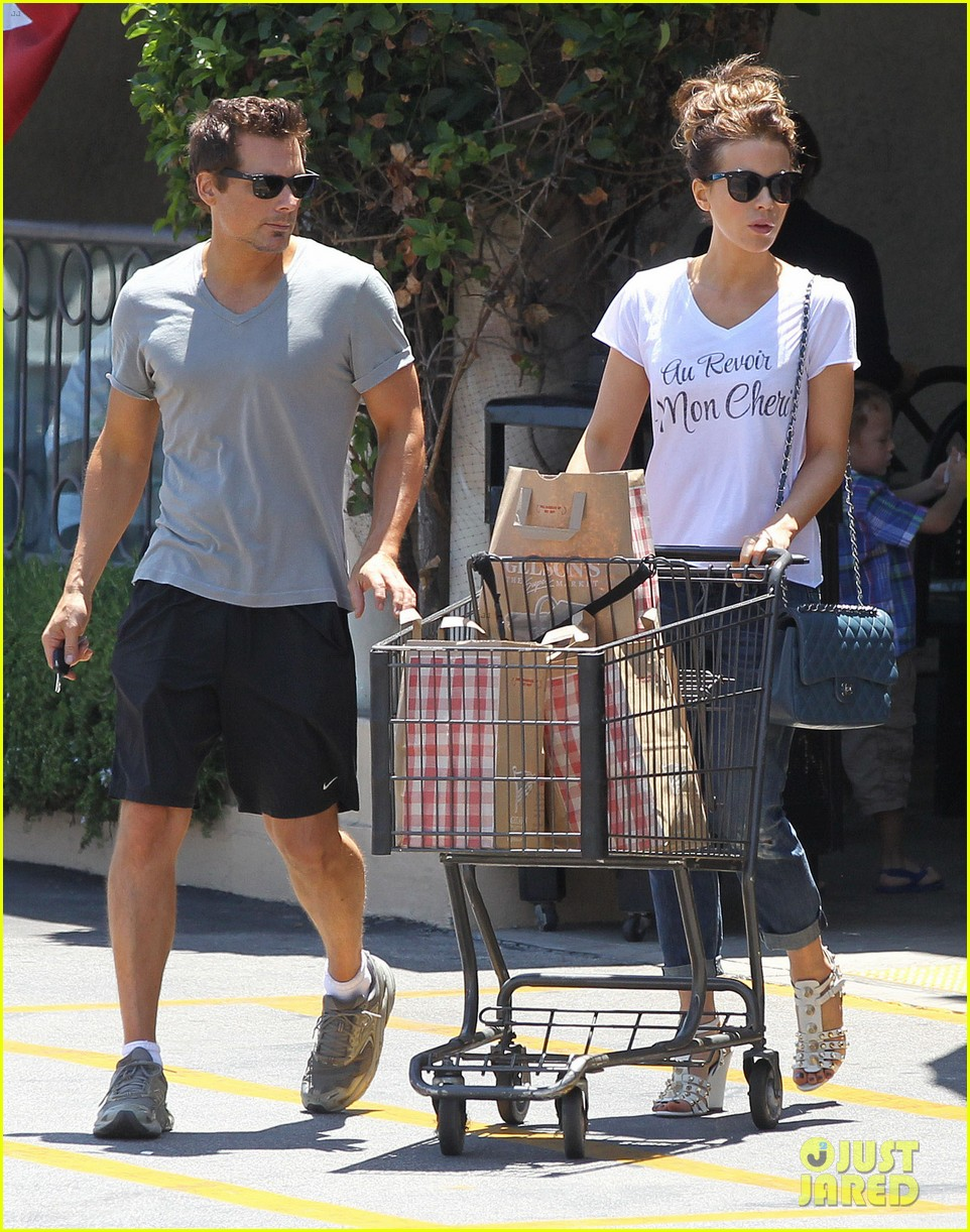 kate beckinsale len wiseman stock up on groceries 06