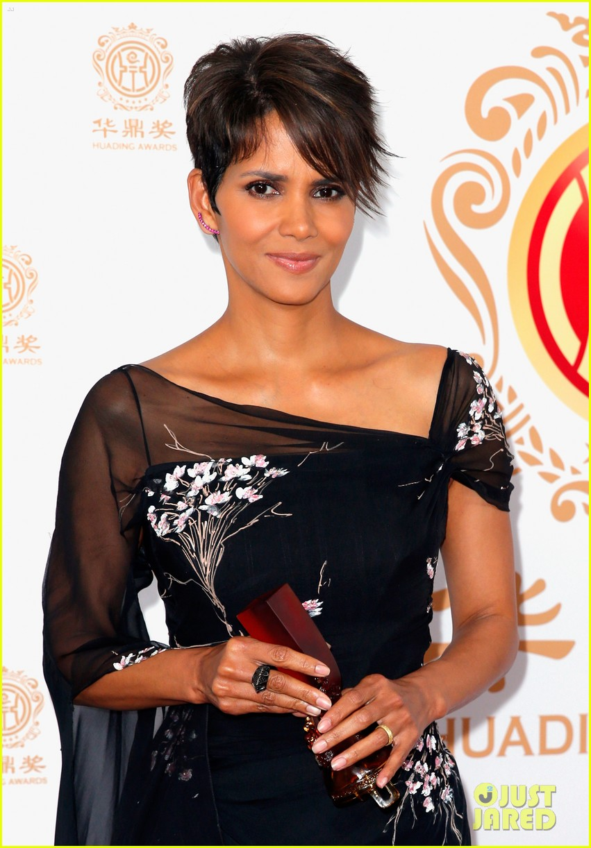 halle berry displays lots of leg at huading film awards 02