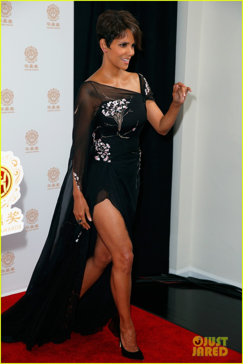 halle berry displays lots of leg at huading film awards 04