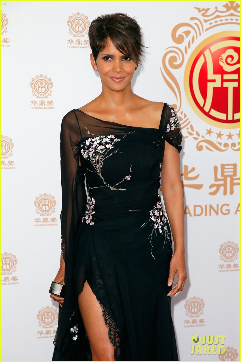 halle berry displays lots of leg at huading film awards 05