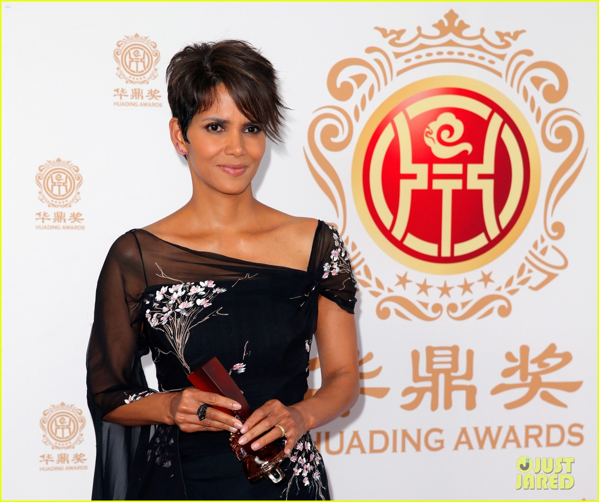 halle berry displays lots of leg at huading film awards 063126199
