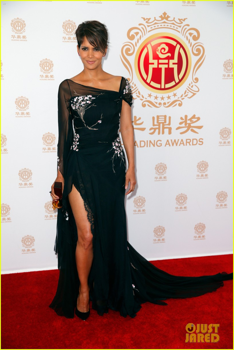 halle berry displays lots of leg at huading film awards 07