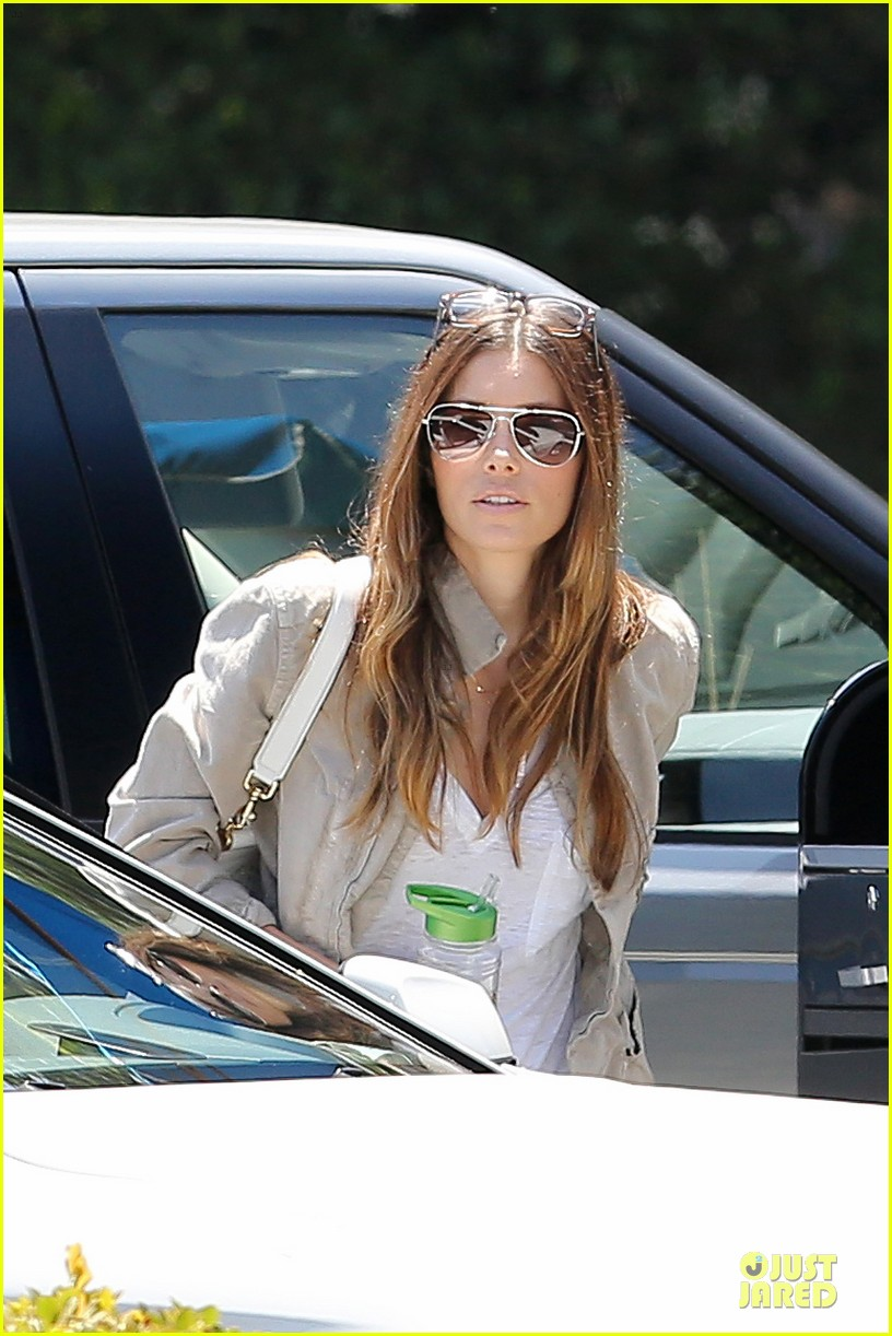 jessica biel finds justin timberlake at the golf course 10