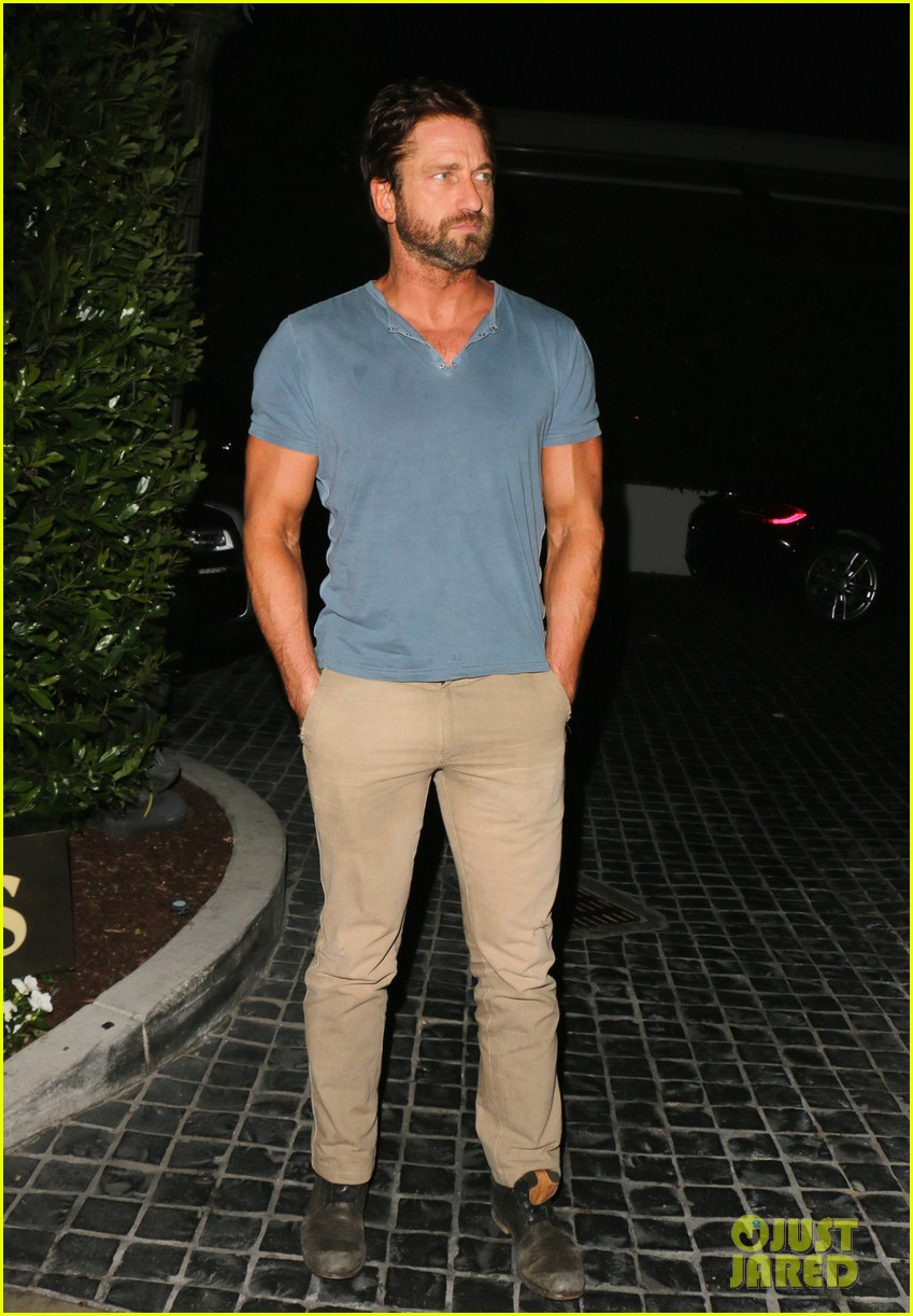gerard butler brings his buff bod to dinner with friends 04