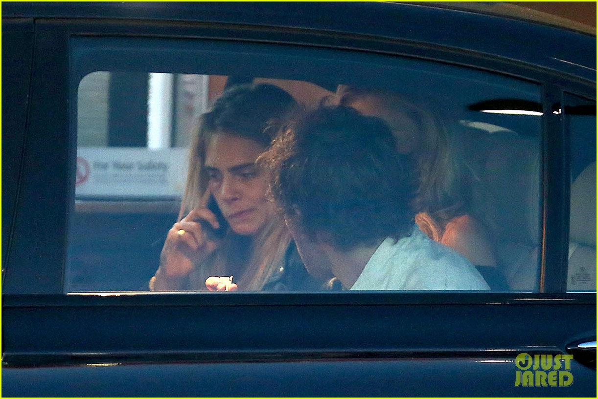 cara delevingne flips off paparazzi in london 163145495