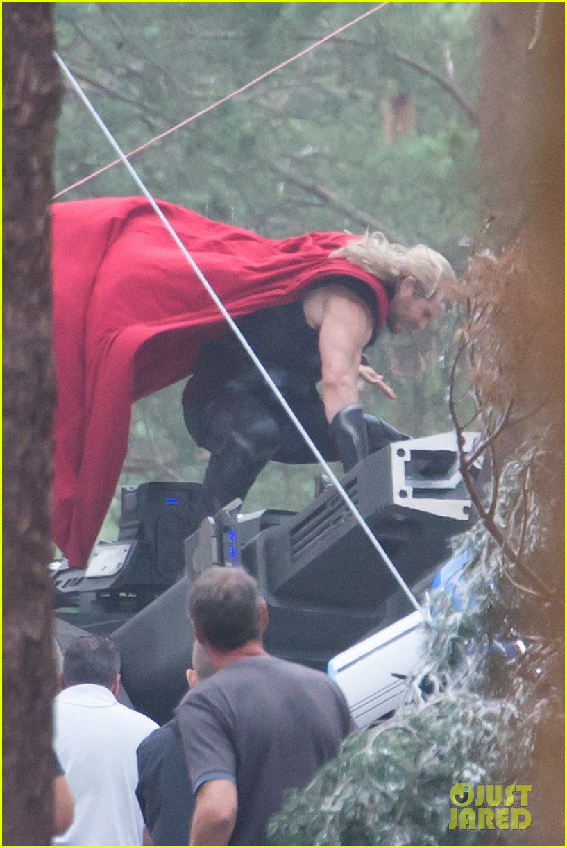 chris hemsworth back in costume as thor 02