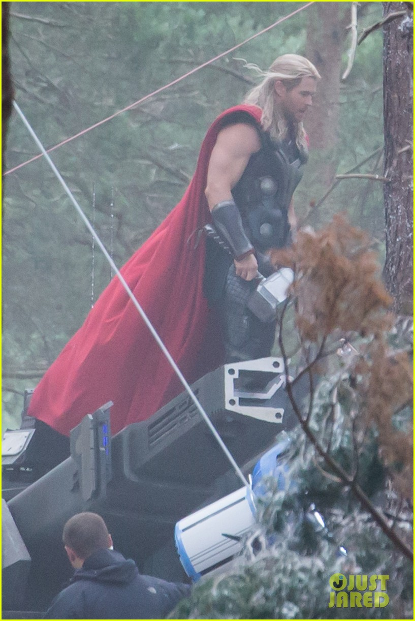 http://cdn02.cdn.justjared.com/wp-content/uploads/2014/06/chris-back/chris-hemsworth-back-in-costume-as-thor-09.jpg