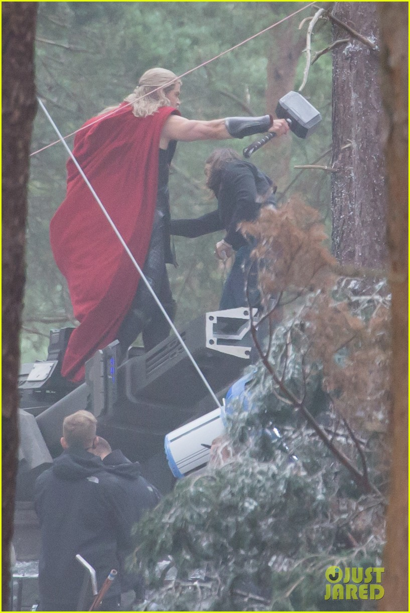 chris hemsworth back in costume as thor 123144625