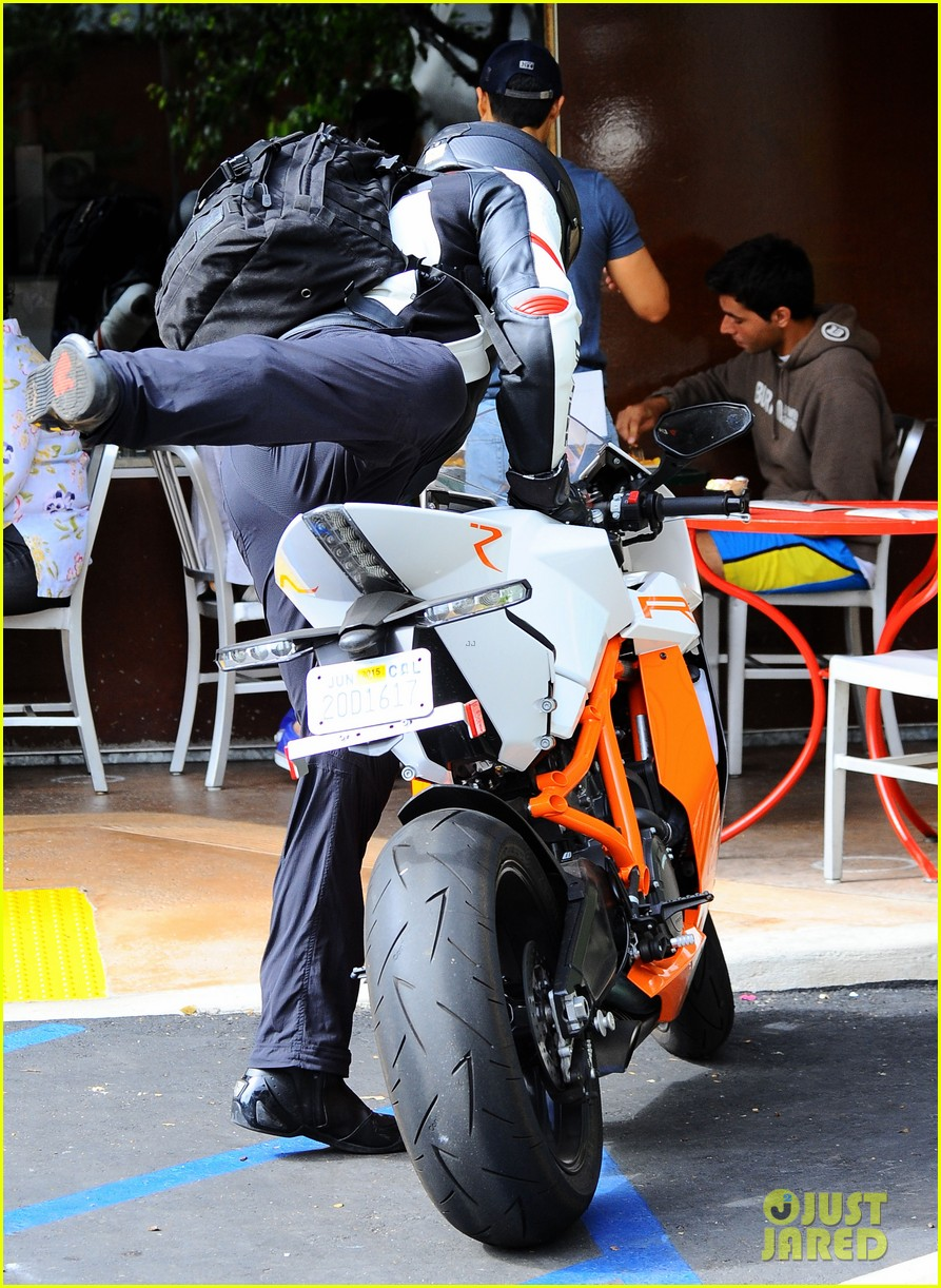 bradley cooper goes incognito in his motorcycle gear 23
