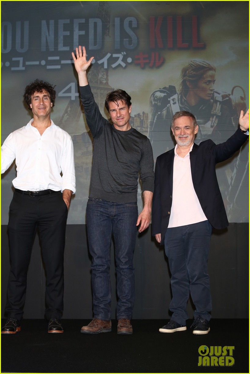 tom cruise joins edge of tomorrow director doug liman at tokyo press 04