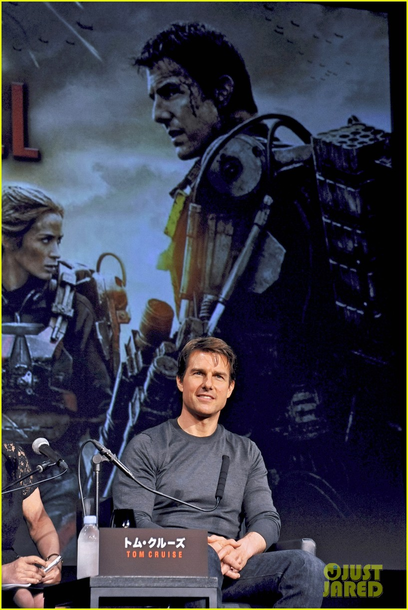 tom cruise joins edge of tomorrow director doug liman at tokyo press 05