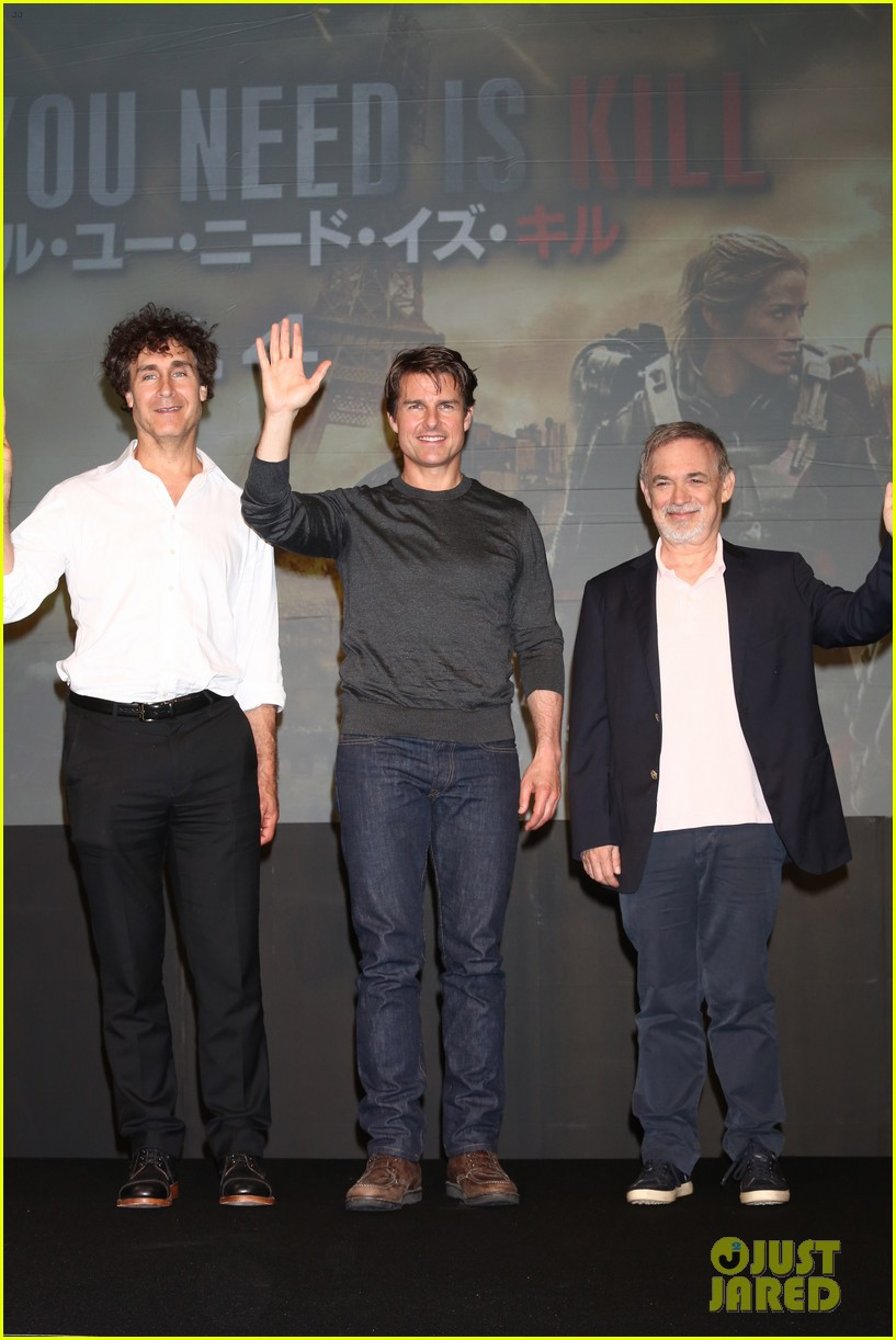 tom cruise joins edge of tomorrow director doug liman at tokyo press 13