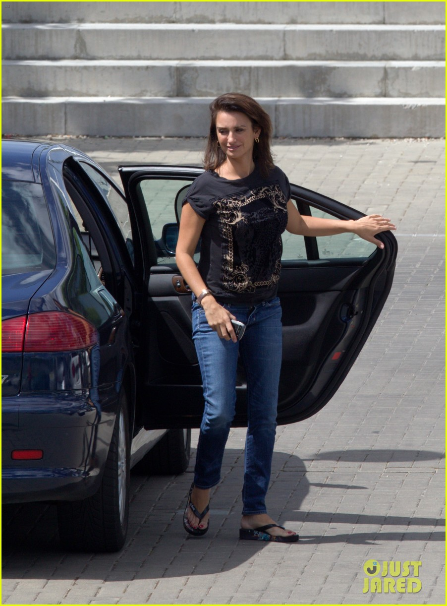 penelope cruz looks fresh faced beautiful on set 04