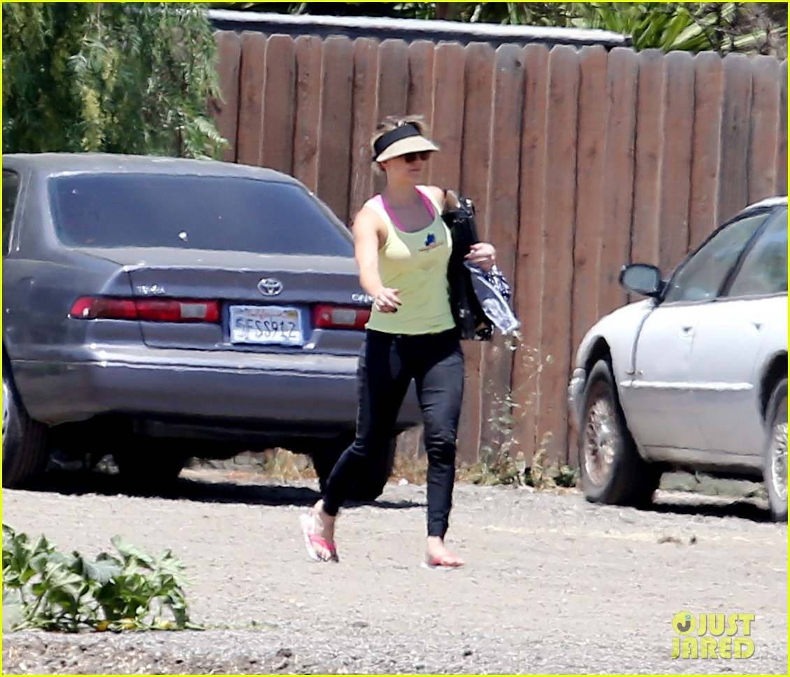 kaley cuoco cant stomach an article about killer pitbulls 03