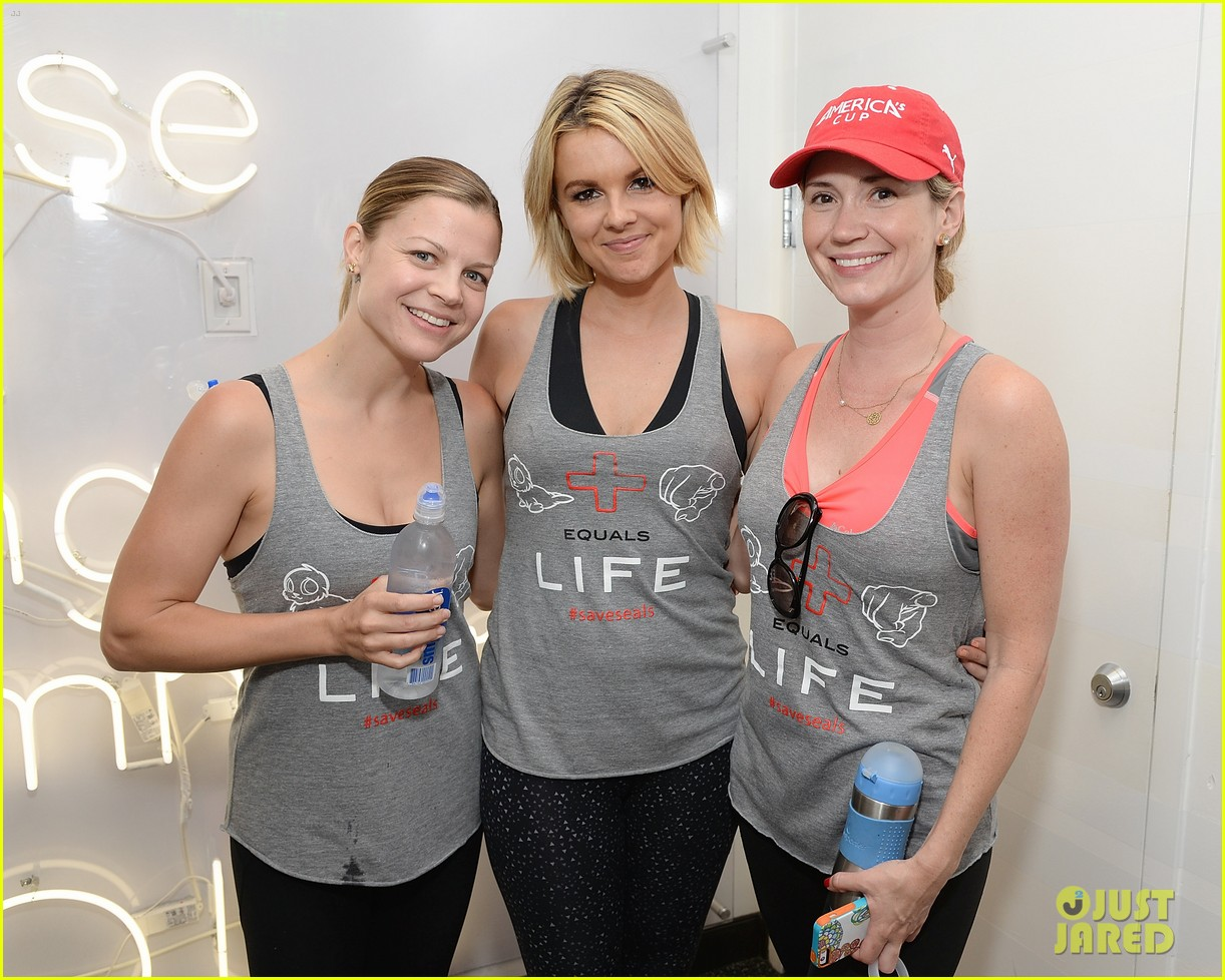 kaley cuoco works up a sweat at seals benefit 173143215