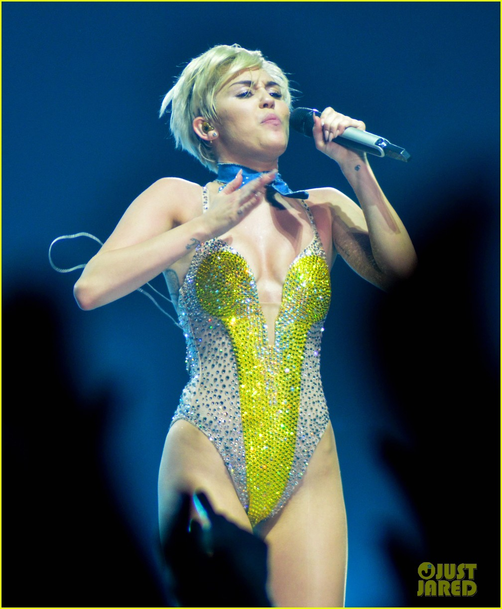 miley cyrus stop bullying love eachother belgium concert 11