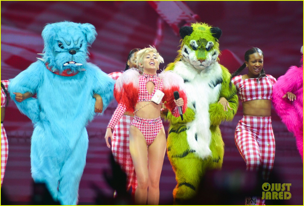 miley cyrus stop bullying love eachother belgium concert 17