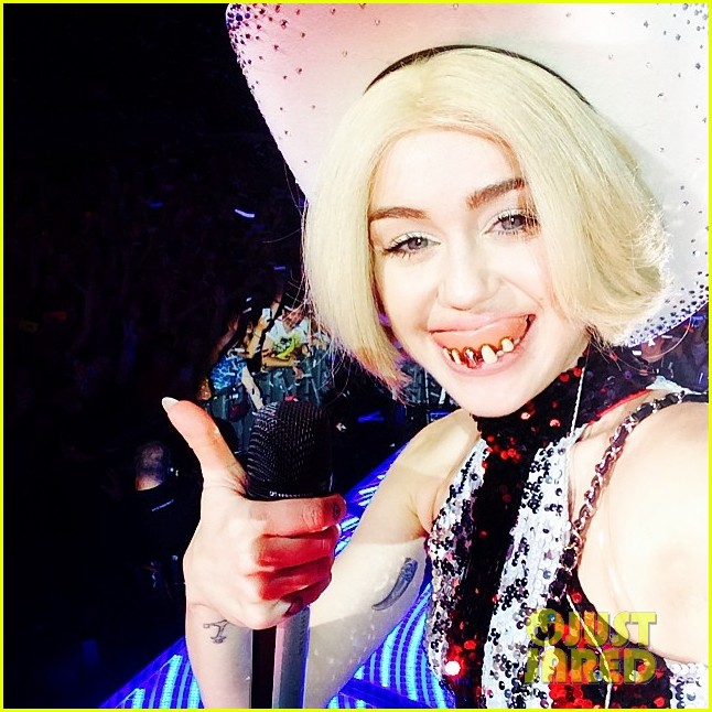 miley cyrus selfies bangerz tour finland 03
