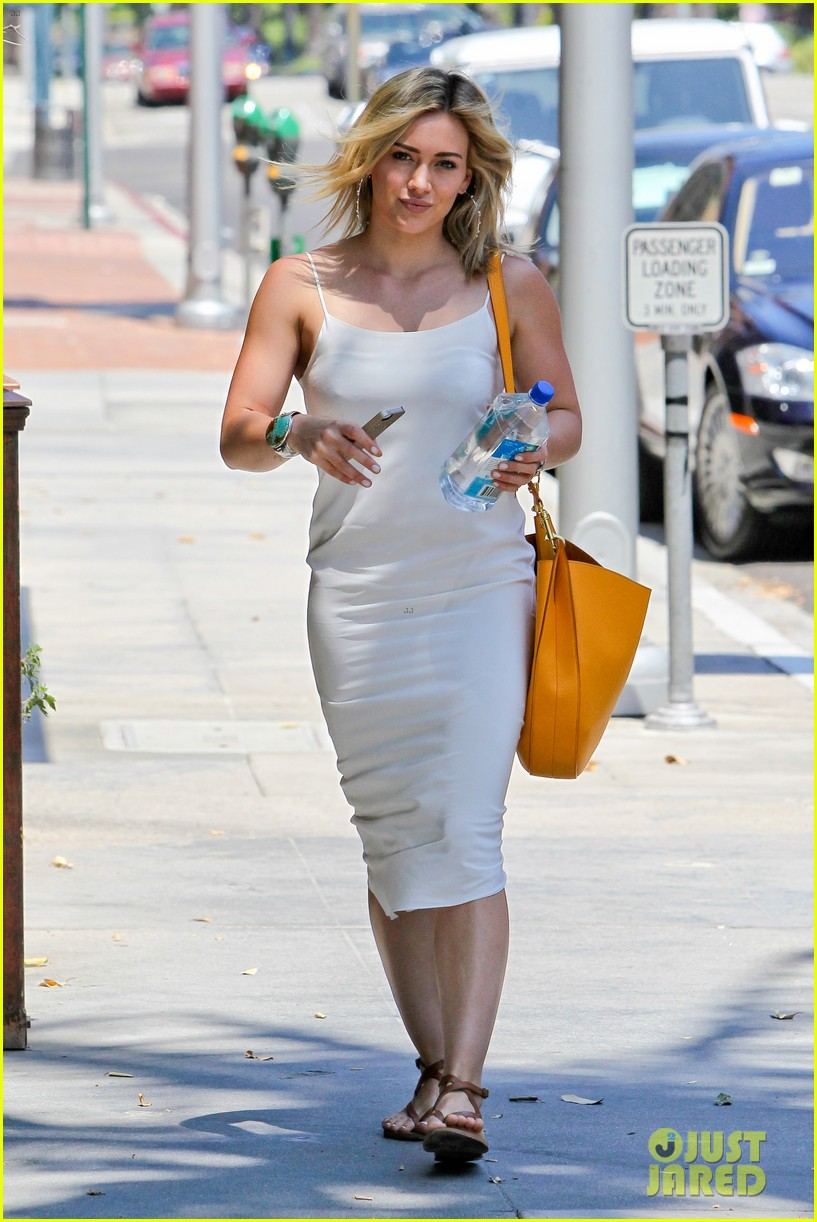 hilary duff cant seem to grab jonah hills attention 073147064
