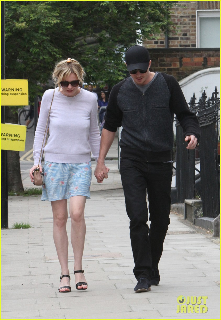 kirsten dunst garrett hedlund hold hands in london 02