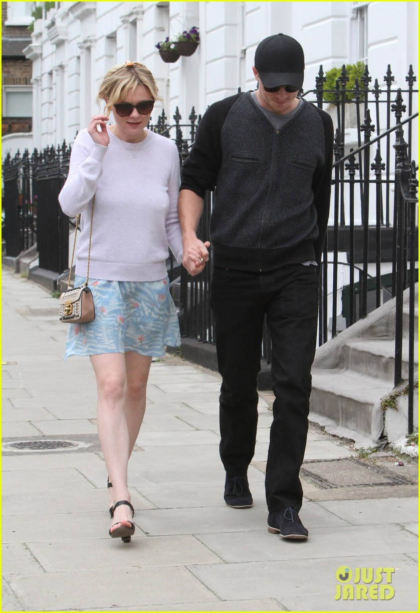 kirsten dunst garrett hedlund hold hands in london 05