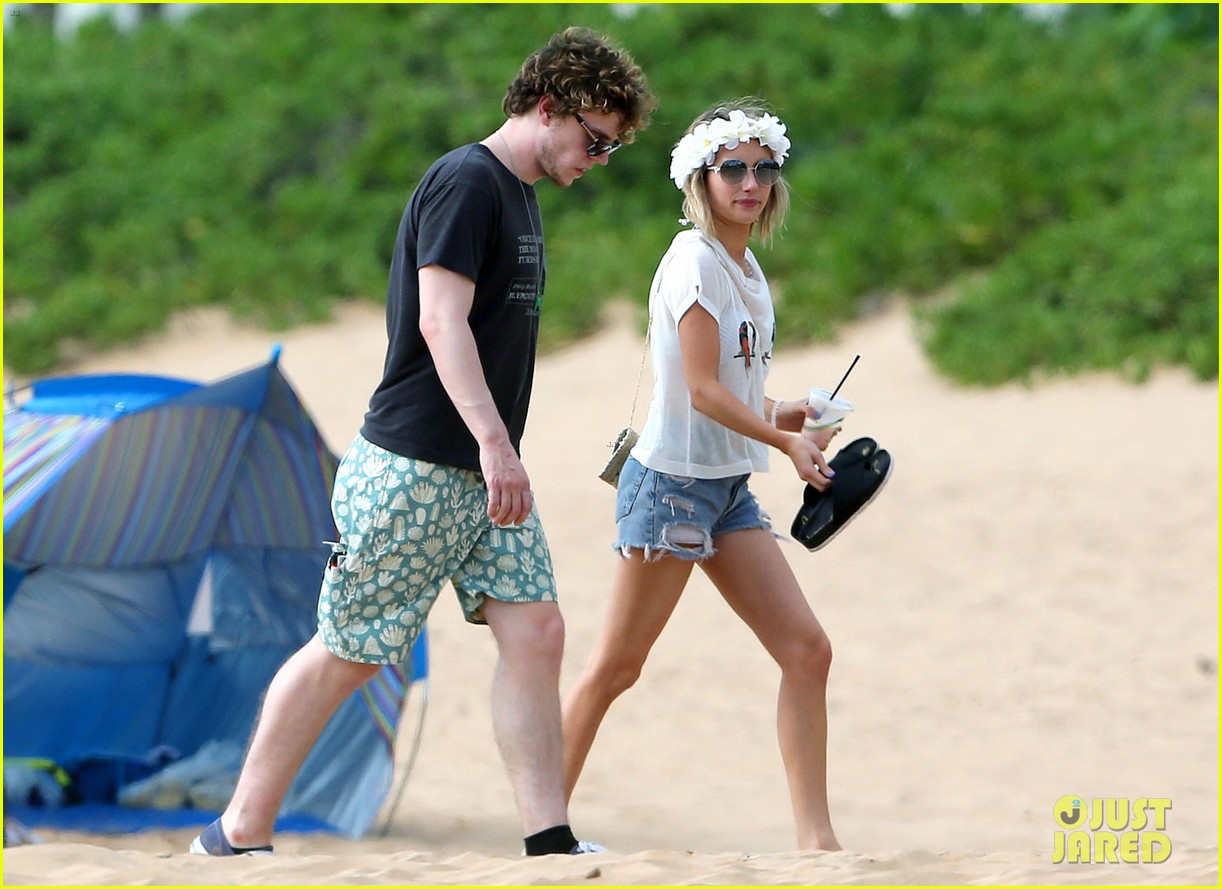 emma roberts bikini hawaii vacation evan peters 19