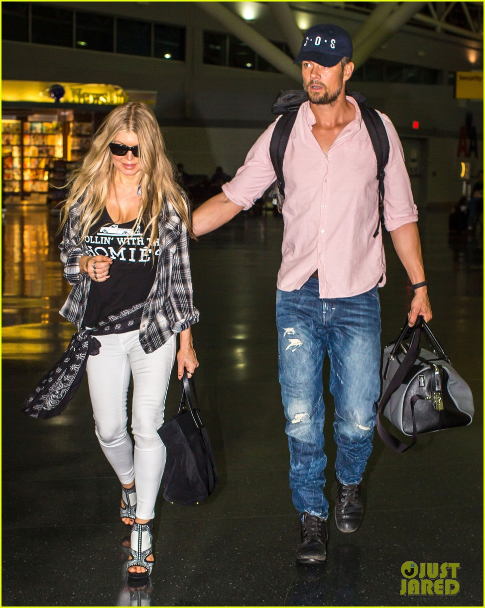 fergie gets the major giggles at the airport with josh duhamel 073132539