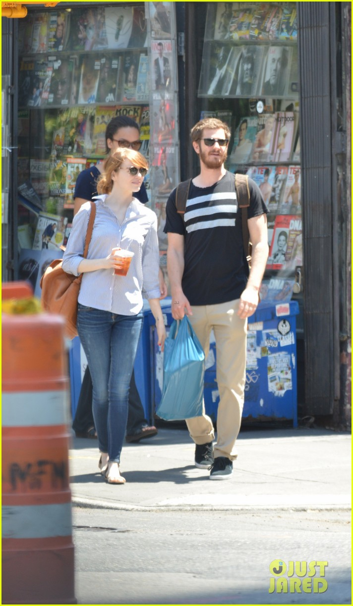 andrew garfield confronts paparazzi on stroll with emma stone 05
