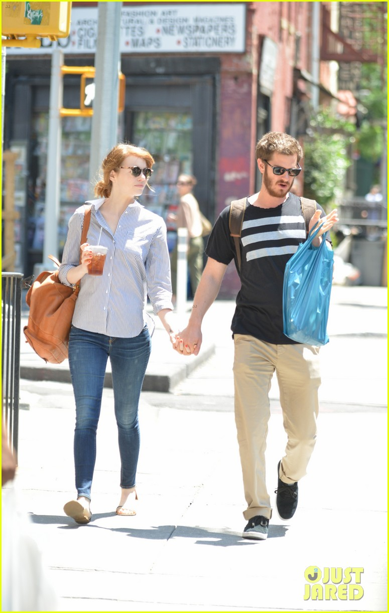 andrew garfield confronts paparazzi on stroll with emma stone 143141878