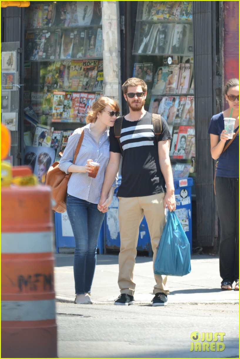 andrew garfield confronts paparazzi on stroll with emma stone 19