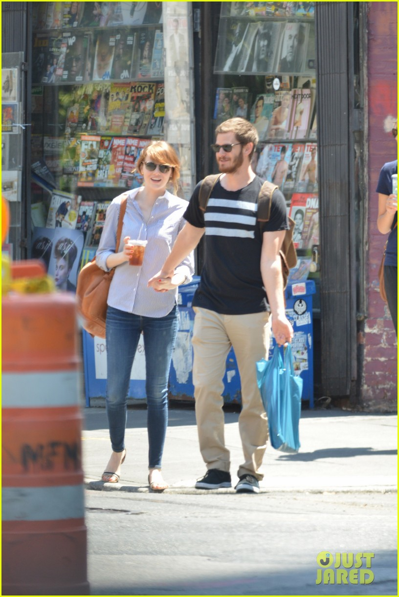 andrew garfield confronts paparazzi on stroll with emma stone 20